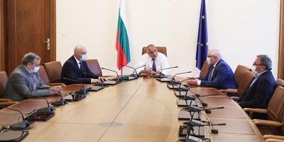 Премиерът Бойко Борисов извика на работно съвещание Националния оперативен щаб и здравния министър Кирил Ананиев във вторник. На него те представиха актуалната епидемиологична обстановка.