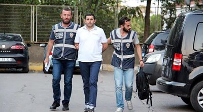 Турски полицаи водят на ГКПП Капъкуле Абдулах Бююк