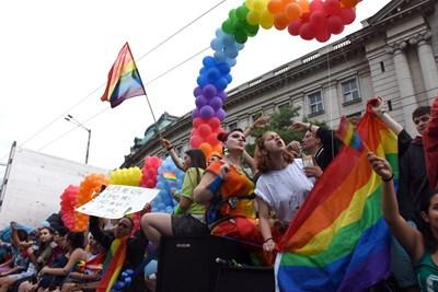Защо предразсъдъците към хомосексуалните хора не изчезват?