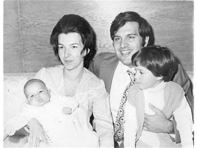 Людмила Живкова и Иван Славков с бебето Тошко и каката Жени. СНИМКА: АРХИВ