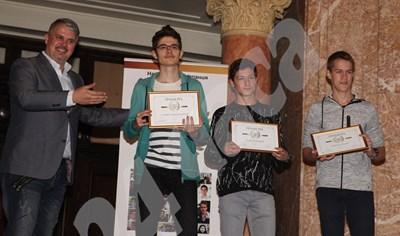 """Стефан (вляво) и Светлин (вдясно) бяха наградени за отличните си постижения по математика и влязоха в първия випуск """"Отличниците на България"""". СНИМКА: 24 часа"""