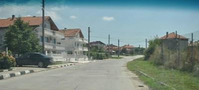 На тази улица в Игнатиево е станал инцидентът - около къщите на богатите, наричани белия дом.