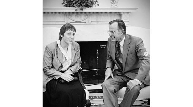 Ангела Меркел си пусна снимка с Буш-старши от преди 27 години, вижте я