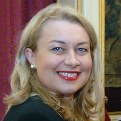 """Проф. д-р Михаела Раеску има докторска степен по дентална медицина и преподава орална и дентална профилактика в Стоматологичния факултет в Университета """"Титу Майореску"""" в Букурещ, Румъния."""