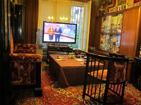 Холът с телевизора на Хачо Бояджиев. Снимки: Архив 24 часа