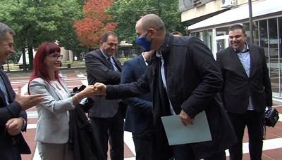Цветан Цветанов се засече с бившите си съпартийци от ГЕРБ пред РИК-Благоевград, където регистрираха листите си. СНИМКА: Тони Маскръчка