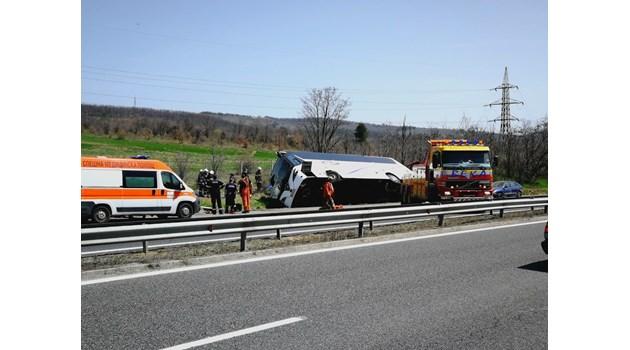 Хора са изпаднали от автобуса, вероятно не са сложили колани (Обновена)