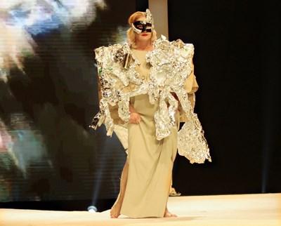 Катето Евро дефилира с маска и дрехи от картон, станиол и стари метални кенчета. СНИМКА: Румяна Тонева