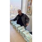 Здравенякът показва пачки с пари на приятелите си в социалните мрежи.