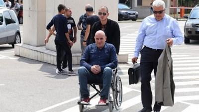 Тикан в инвалидна количка от сина си Мартин Ценко Чоков отива в специализирания съд.