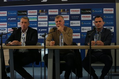 """Наско Сираков (в средата) по време на представянето на новия Управителен съвет на """"Левски"""". СНИМКА: РУМЯНА ТОНЕВА"""