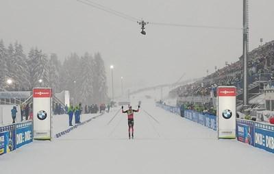 Норвежецът Йоханес Бьо пресича финала в Оберхоф. Снимка: туитър на IBU