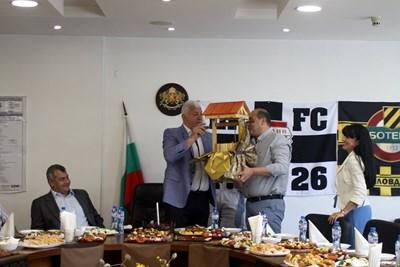 Здравко Димитров получава кладенец от своите подчинени. Снимки: Областна администрация Пловдив