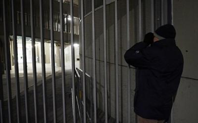 """Фен се опитва да хвърли поглед към случващото се на терена на """"Джузепе Меаца"""" по време на мача """"Интер"""" - """"Лудогорец"""". СНИМКА: РОЙТЕРС"""