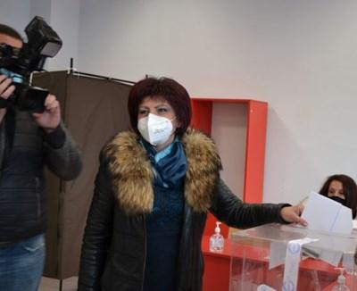 Цвета Караянчева гласува в Кърджали СНИМКА: Ненко Станев