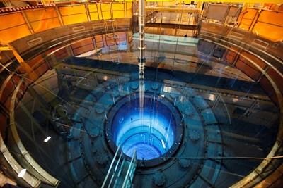 """Отворен реактор с горивни пръти се вижда във воден басейн в атомната електроцентрала """"Мюленберг"""" в Швейцария, която бе затворена в края на 2019 г.   СНИМКА: РОЙТЕРС"""