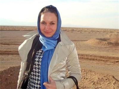 Валерия в иранската пустиня. Зад нея е системата от канали за пренос на вода. СНИМКИ: ЛИЧЕН АРХИВ