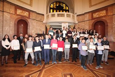 """Първият випуск в клуба на отличниците след връчването на първите призове """"Отличниците на България"""""""