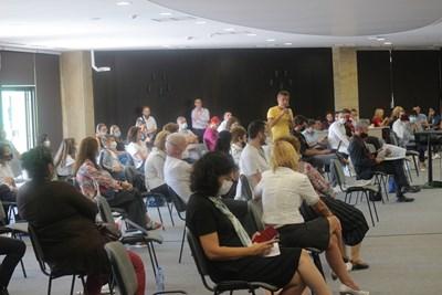 Директори, учители и ученици проследиха различни презентации за дистанционното обучение.