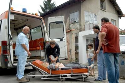 Екип на Бърза помощ подготвя пациент за прием в болница. Транспортирането трябва да започне до 10 минути след пристигане на линейката. СНИМКА: ДЕСИСЛАВА КУЛЕЛИЕВА