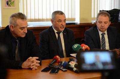 """За първи път лидерът на НФСБ Валери Симеонов даде импровизиран брифинг в стаята на групата, за да не бъде """"преследван като дивеч"""" от журналистите из кулоарите на парламента. СНИМКА: Румяна Тонeва"""