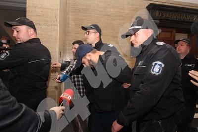 Полицаи водят Пол Боевски към съдебната зала. Снимка НИКОЛАЙ ЛИТОВ СНИМКА: 24 часа