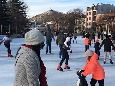 Малки и големи окупираха ледената пързалка в Пловдив, СНИМКИ: Авторът