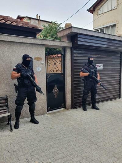 Полиция пази пред дома на арестуван лихвар.