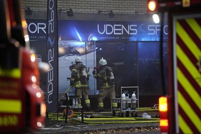 Службите евакуират хората от сградата и гасят избухналия пожар.