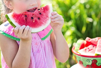 Децата отрано трябва да си изградят навик да ядат полезни храни като плодове и зеленчуци.   СНИМКА: PIXABAY