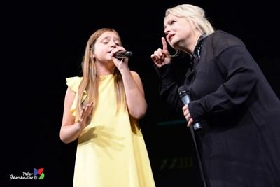 10-годишната Рая и Тони Димитрова в общото им изпълнение на сцената в Русе.