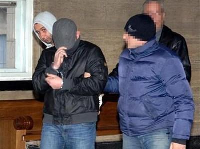 Любо Гребеца (на преден план) с прикрито лице в съда, който отказа да го пусне на свобода. За акциите на Наглите преди него са разказвали двама свидетели. Данчо Релето, който също съдействал, не е пуснат под домашен арест, съобщиха вчера адвокатите му.