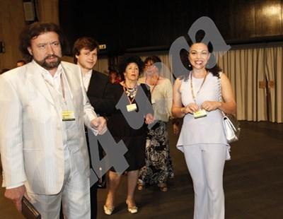 Независимата кандидатка за евродепутат Евгения Банева пристигна в НДК в изборната нощ със съпруга си - бизнесмена Николай Банев, и сина им. Тя получи само 0,28% вот в неделя. В Стара Загора, откъдето е Банева, за нея са подадени 284 гласа.