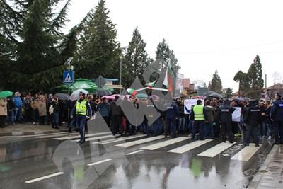 Протест в защита на кмета на Септември блокира пътищата за София, Велинград и Пазарджик. СНИМКИ: Любомир Илков СНИМКА: 24 часа