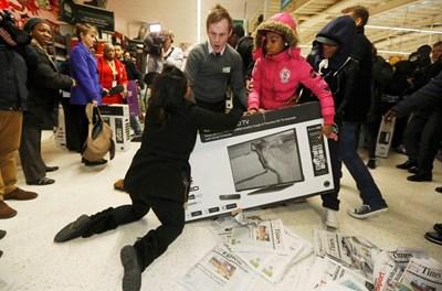 Бой за телевизори по време на Черния петък в Лондон преди три години СНИМКА: РОЙТЕРС