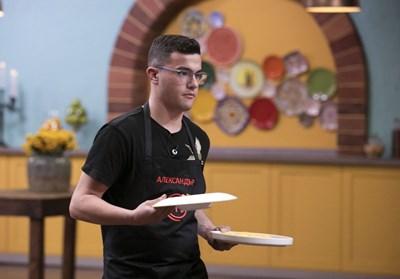 Младият готвач поднася готовите ястия на журито. СНИМКА: Би Ти Ви