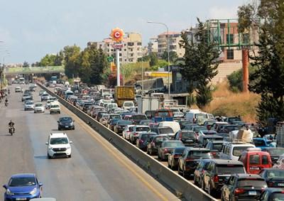 Стотици коли се редят на опашка пред бензиностанция заради масовия недостиг на гориво в Ливан. Мнозина останаха без ток.   СНИМКА: РОЙТЕРС