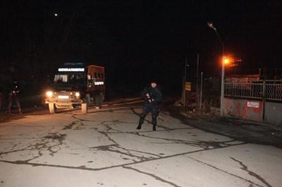 Полицаи охраняваха мястото, където е намерен Ангелов.  СНИМКА: НИКОЛАЙ ЛИТОВ