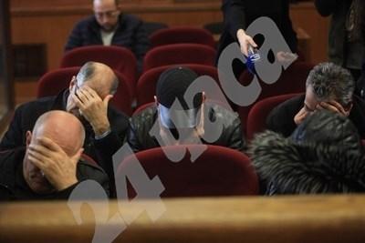 Петимата обвинени крият лицата си Снимка: Румяна Тонева