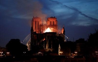 Светът беше шокиран и ужасен от големия пожар в парижката катедрала Нотр Дам  СНИМКИ: РОЙТЕРС