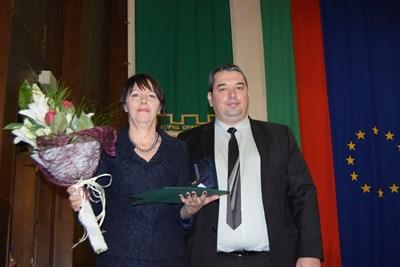 Кметът Добромир Добрев връчи почетния знак на директорката на Гимназията Криси Аврамова