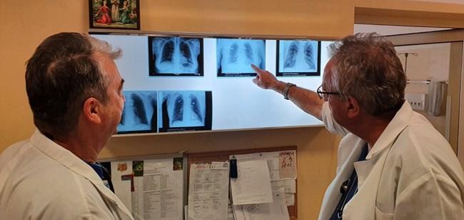 """Лекарите от белодробната болница """"Света София"""" обсъждат поредния сложен казус."""