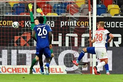 """Рувен Хенингс (с №28) вкарва изравнителния гол срещу """"Шалке 04"""" на стадиона в Дюселдорф, където домакините спечелиха 3 т. след обрат до 2:1."""
