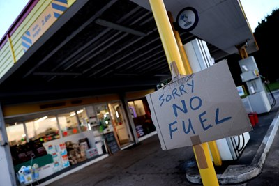 Много бензиностанции останаха без гориво, след като през почивните дни хората в Англия се паникьосаха и започнаха да се презапасяват.