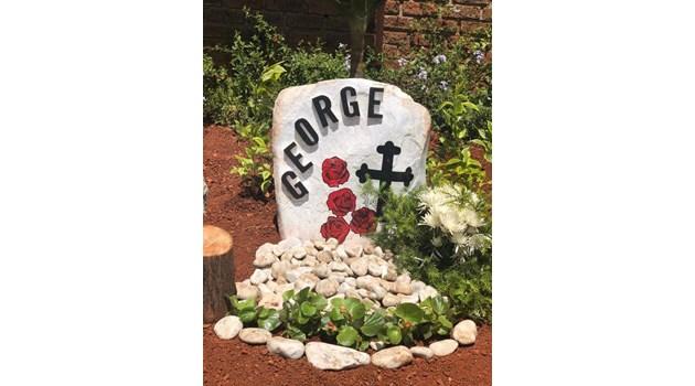 Червени рози за гроба на мъжа на Гуркова