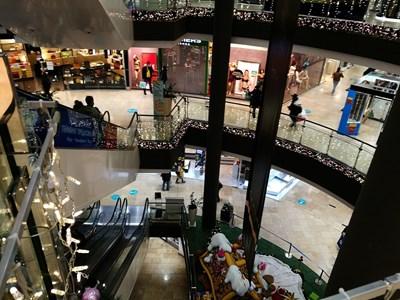 Противно на очакванията хората не се втурнаха панически да пазаруват в моловете, веднага щом разбраха, че те ще бъдат затворени от събота до 21 декември.  СНИМКА: РУМЯНА ТОНЕВА