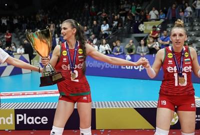 Нася Димитрова играе шампионското хоро в Русе, носейки купата от Златната лига. Вдясно е Александра Миланова.