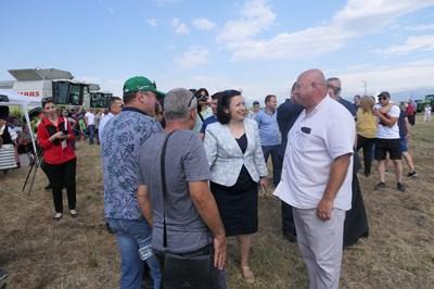Министър Десислава Танева даде старт на жътвената кампания в община Сливен СНИМКИ: пресцентърът на земеделското министерство