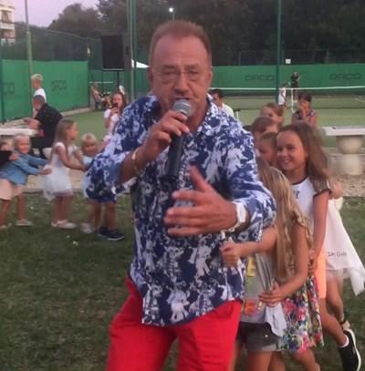 Богдан Томов пее и танцува заедно с децата от публиката на летните концерти.  СНИМКА: ЛИЧЕН АРХИВ