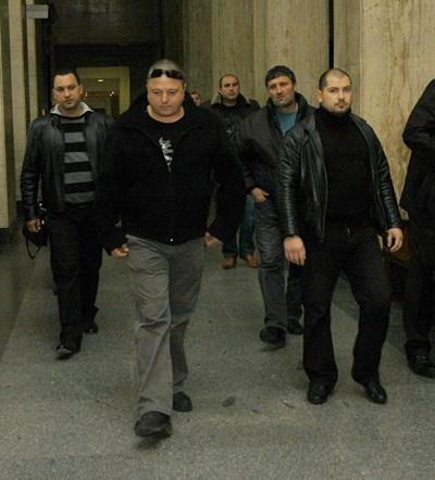 Йоско (на преден план) води бандата си към поредното заседание на едно от делата срещу тях.
